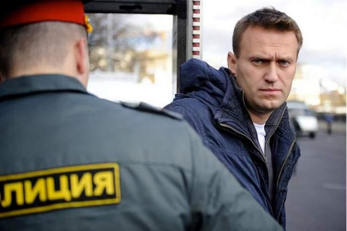 Aleksei Navalnîi îmbrăcat cu jachetă de blugi se uită în obiectivul camerei