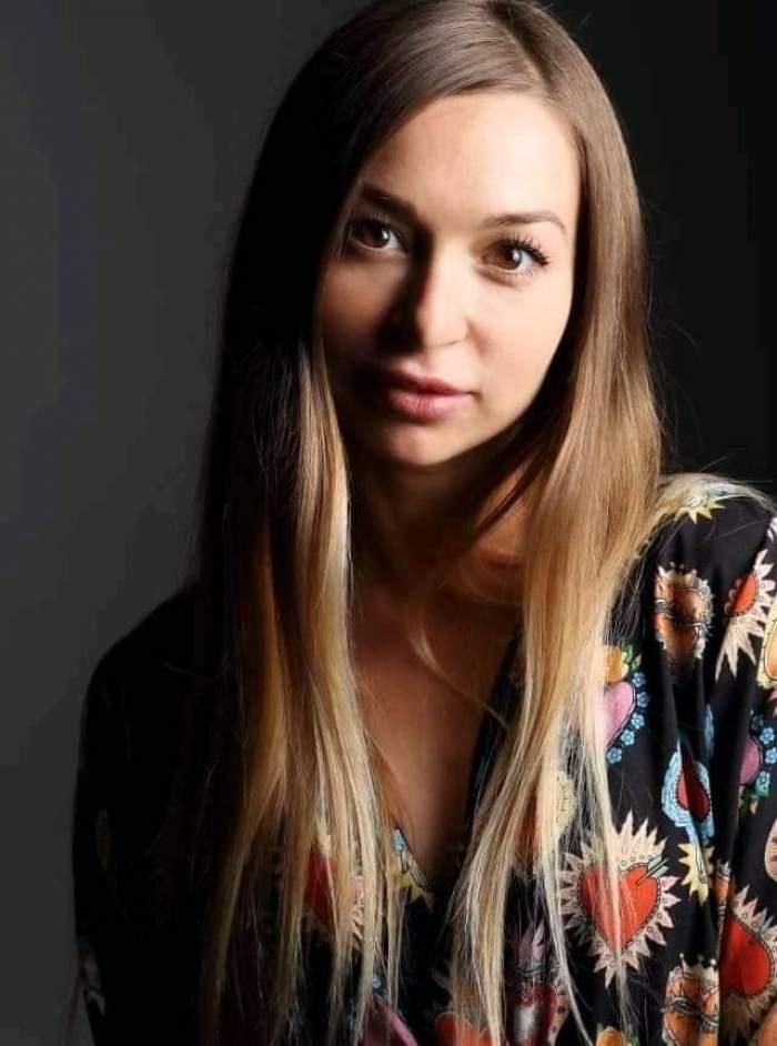galina fedorova top model rus cu bluză neagră şi imprimeuri cu inimioare