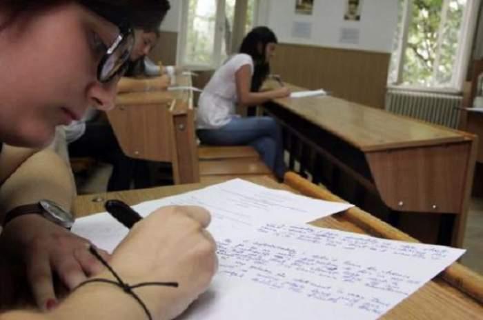 Elevă care susține examenul de Evaluare Naționala