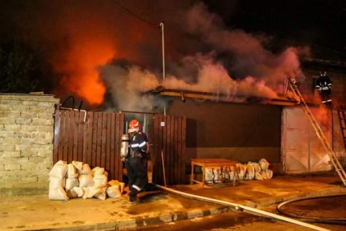 Incendiu de proporții la o locuință din județul Olt. Două femei au ajuns la spital