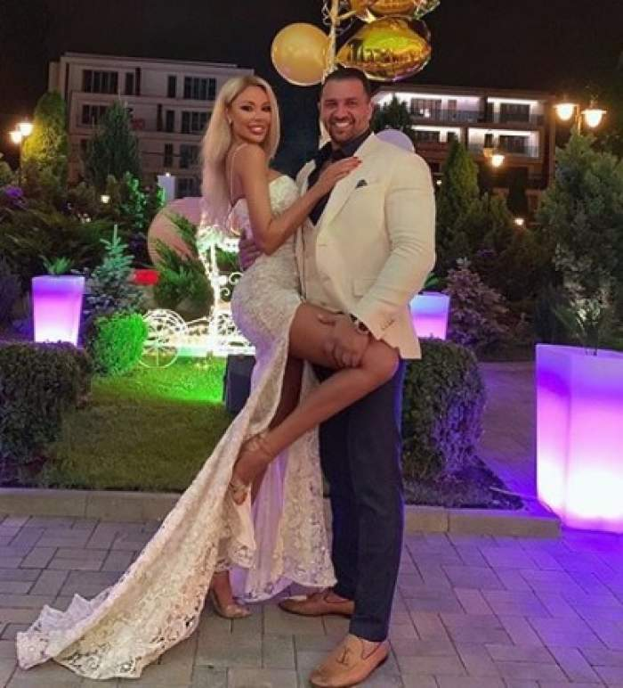 Bianca Drăgușanu și Alex Bodi, foarte eleganți, zâmbitori și îmbrățișați, la un eveniment