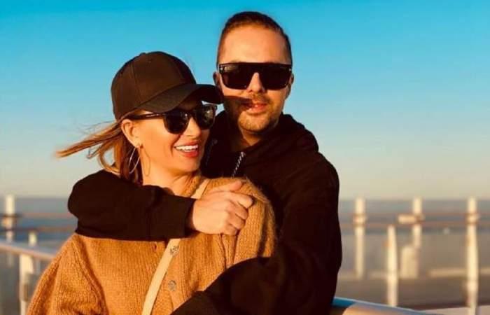 Tudor de la Fly Project o ține în brațe pe soția lui, Anamaria Ionescu. Cei doi poartă ochelari de soare.