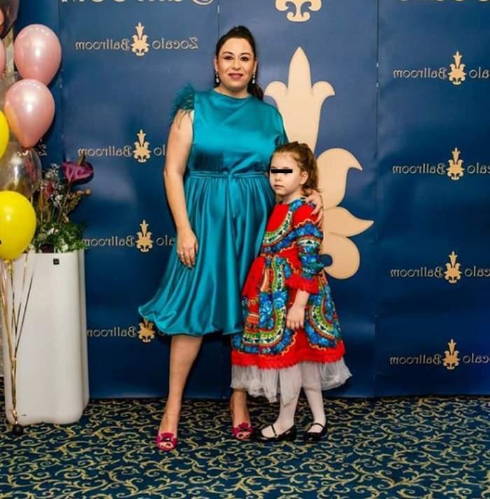 Oana Roman și fetița sa, îmbrăcate foarte elegant, cu rochii colorate, la un eveniment monden