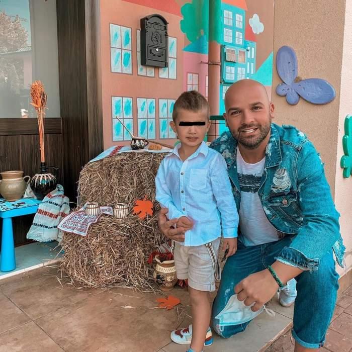 Andrei Ștefănesu și fiul său, în cămașă albă, în prima zi de grădiniță