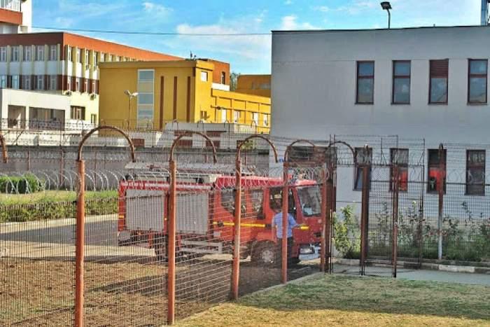 Poză cu mașina de pompieri în spatele gardului de sârmă de la Penitenciarul Giurgiu