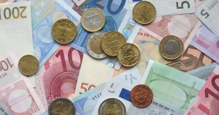 Poza care reprezinta bancnote si monede