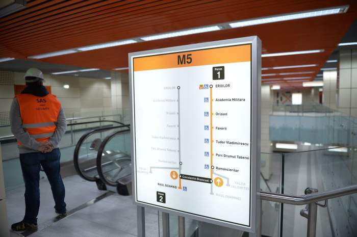 Stația Constantin Brâncuși a Magistralei 5, cu un muncitor în vestă portocalie lângă panoul cu stații, 22 noiembrie 2019