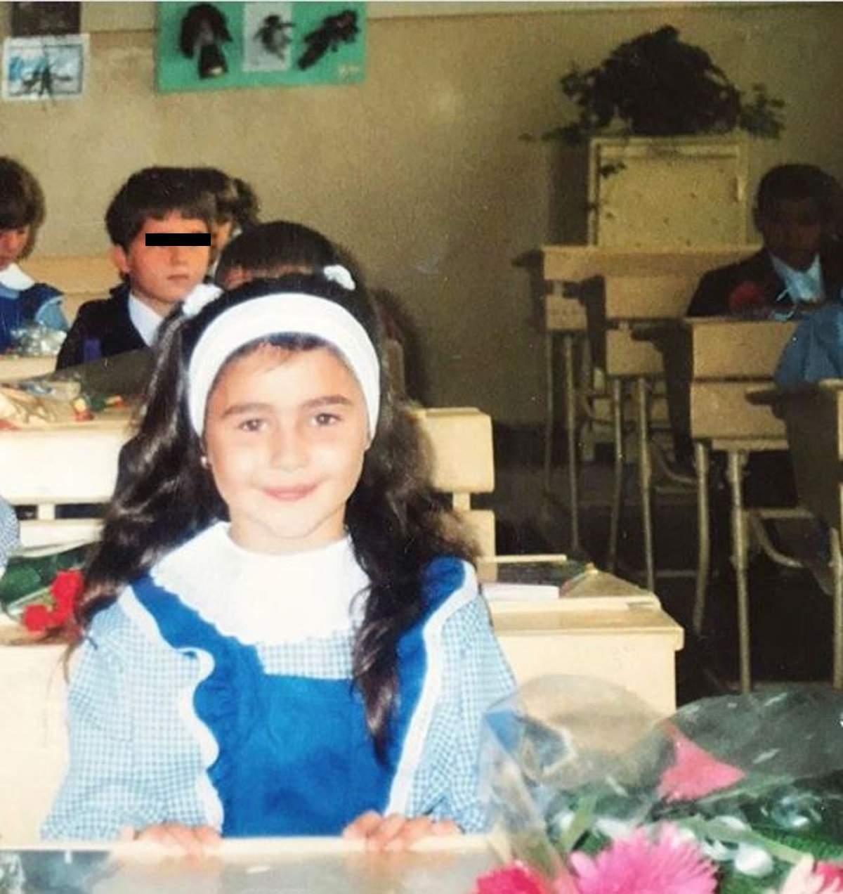 Alina Eremia în prima sa zi de școală, în uniforma de elev