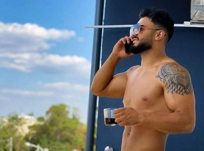 Jador e fără tricou și se uită pe balcon. Cântărețul are telefonul la ureche și ține în mână o cană de cafea.