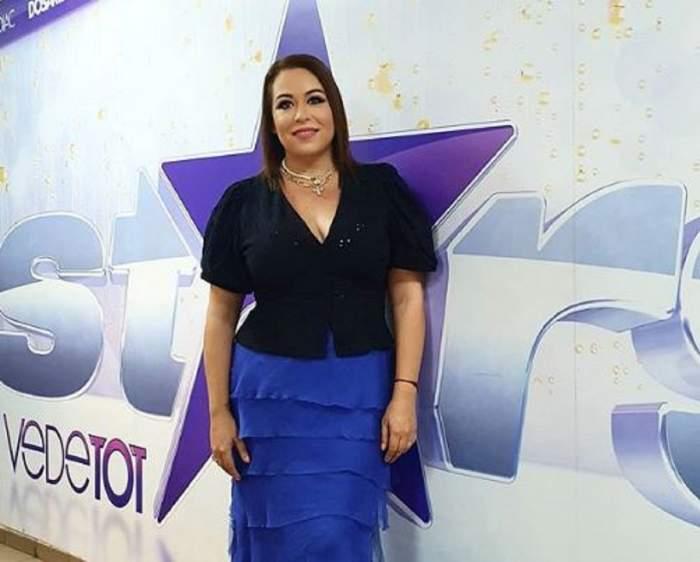 Oana Roman la Antena Stars. Vedeta poartă o ținută în negru și albastru.