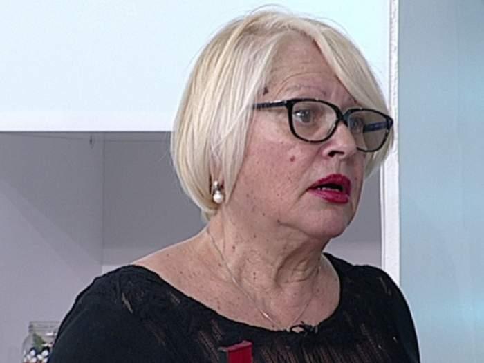 Mirabela Dauer îmbrăcată cu o bluză neagră, la o emisiune TV
