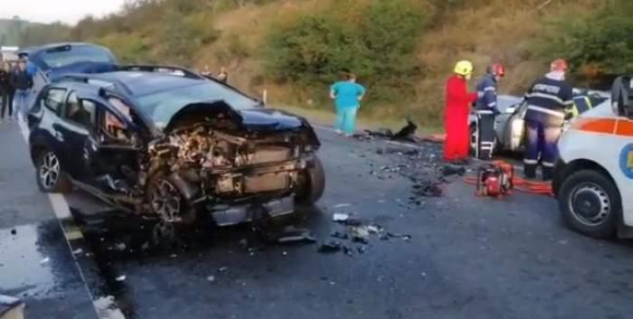 Imagine de la locul faptei, cu mașina avariată, poliția, pompierii și medicii