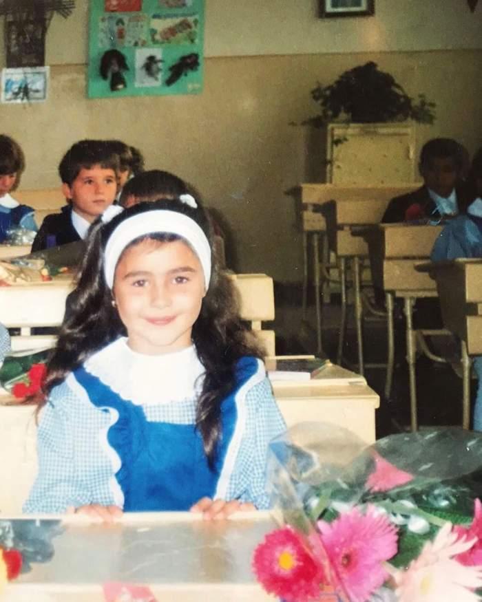 Alina Eremia, în uniformă școalră, în prima zi de școală
