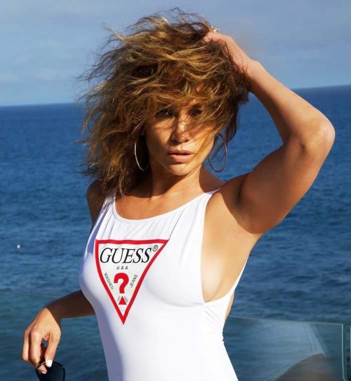 Apariție de senzație a lui Jennifer Lopez! Artista de 51 de ani, a pozat în bikini, pe plajă / FOTO