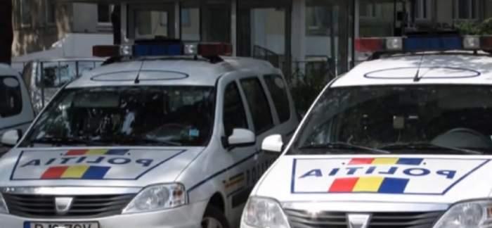 Două mașini ale Poliției Române, parcate una lângă cealaltă