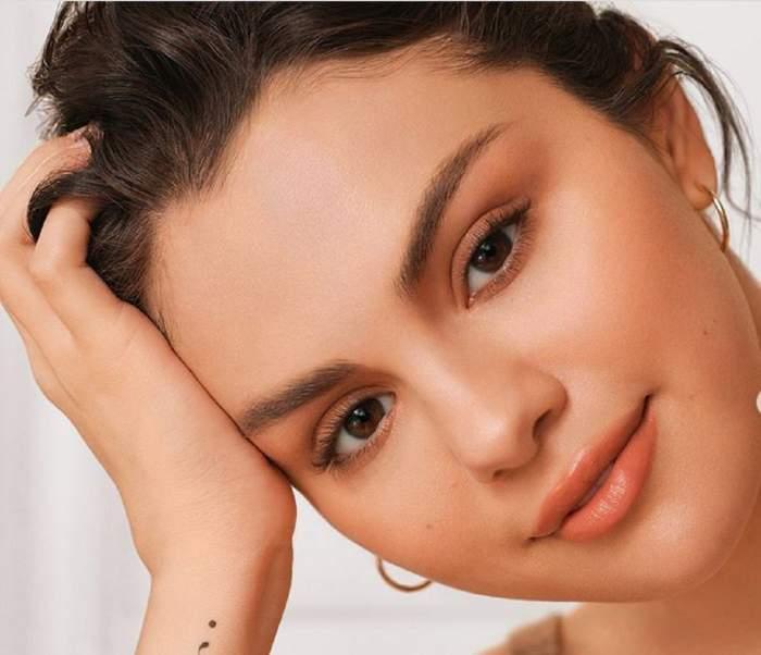 Selena Gomez, într-o ședință foto, este machiată simplu și are părul prins