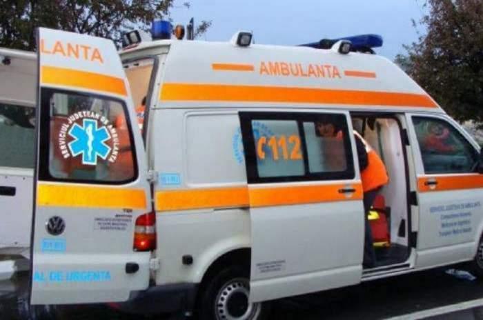 Imagine ilustrativă cu o ambulanță și un medic