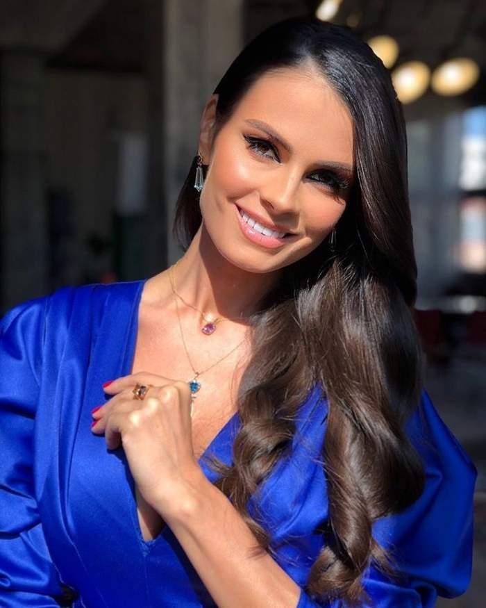 Anca Serea s-a fotografiat zâmbitoare, cu un zâmbet larg pe față, îmbrăcată într-o cămașă albastră