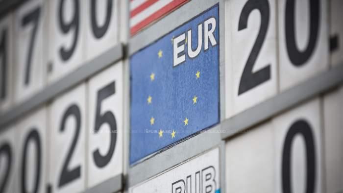 Tabelă a cursului valutar concentrată pe simbolul pentru euro