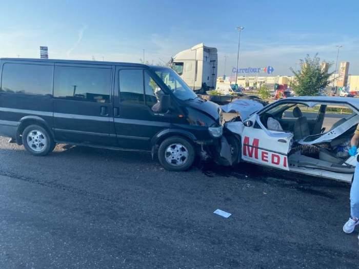Accident produs între o dubă și o ambulanță privată, s-au lovit frontal