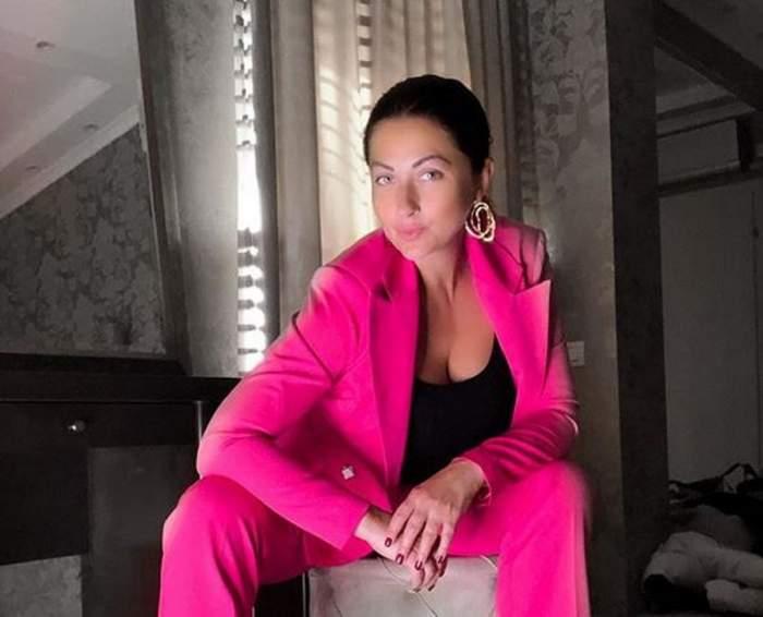 Gabriela Cristea este îmbrăcată într-un costum roz. Pe dedesubt, vedeta are un maiou negru.