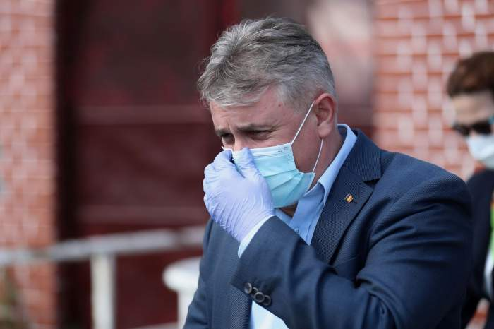 Ministrul Transporturilor, Lucian Bode, cu mască la spitalul militar de pe Stadionul CFR din Timișoara, 24 aprilie 2020