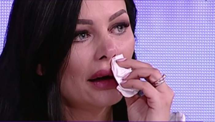 Brigiite Pastramă plânge și se șterge cu un șervețel într-un platou de televiziune