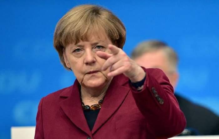 Angela Merkel arată cu degetul supărată