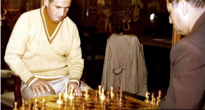 Nicolaae Ceaușescu jucând șah