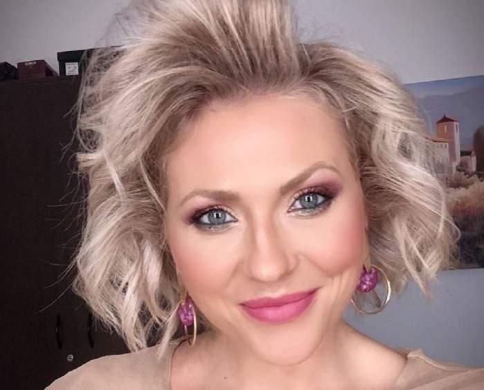 Mirela Vaida într-un selfie. Vedeta are părul coafat în bucle lejere și este dată cu ruj roz.