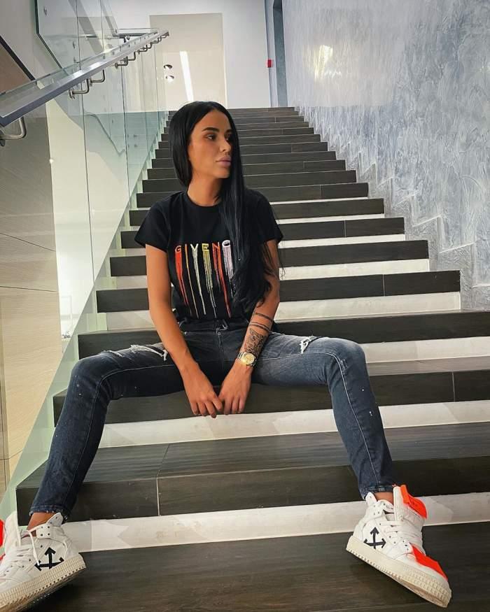 Daniela Crudu s-a fotografiat pe scări, îmbrăcată în blugi și tricou negru