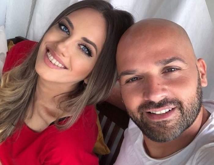 Andrei Ștefănescu și soția lui, Antonia. Ea poartă o bluză roșie, iar artistul un tricou alb.