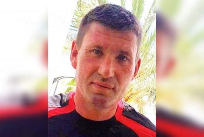 Românul care a dispărut în Franța. Bărbatul poartă un tricou negru cu dungi roșii.