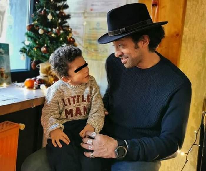 Leon și Kamara într-o poză de Crăciun. Artistul poartă un pulover albastru, iar micuțul unul gri.