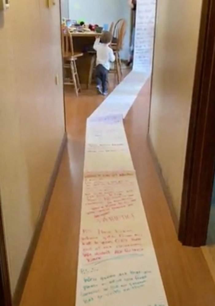 O mamă a primit o scrisoare de 15 metri de la vecina sa. Ce a avut să îi reproșeze