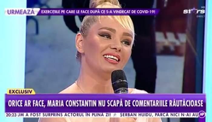 Fotografie cu Maria Constantin, zâmbitoare, foarte machiată, în platoul unei emisiuni