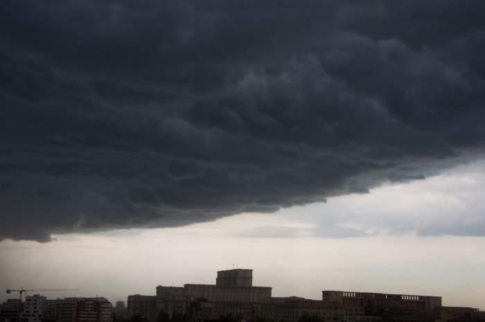 Nori negri deasupra blocurilor din București