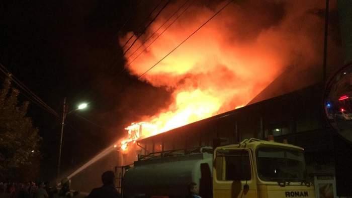 Incendiu violent în județul Mureș. Un centru de panificație a ars ca o torță, iar flăcările s-au extins către un restaurant / VIDEO