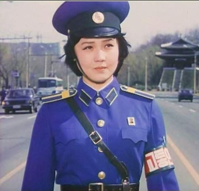 Polițistelor din Coreea de Nord  le este interzis să se căsătorească. Ele ies la pensie la 26 de ani