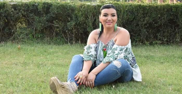 Adriana Bahmuțeanu zâmbește pe iarbă, după alegerile pentru Sectorul 1