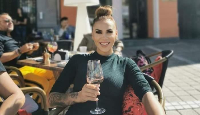 Bianca Roman cu un pahar de vin la o terasă din Brașov
