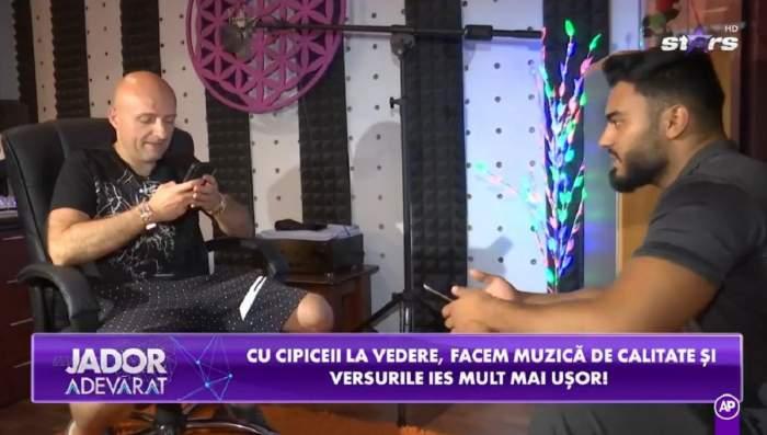 Jador este acasă la Costi Ioniță. Cei doi stau pe scaune și vorbesc despre piesă