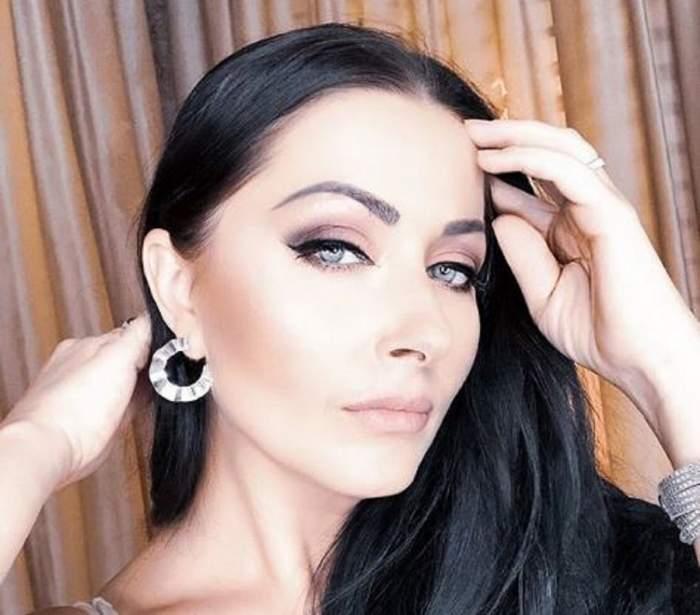 Gabriela Cristea s-a fotografiat în casă. Vedeta este machiată simplu și poartă cercei rotunzi.