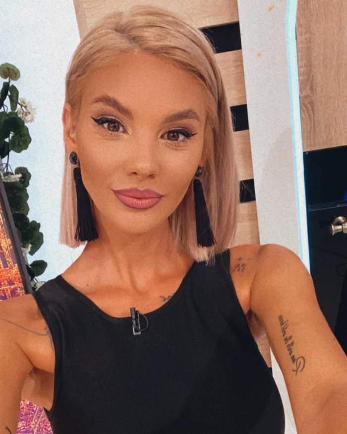 Ramona Olaru s-a fotografiat în platoul emisiunii de la Antena 1, purtând o ținută neagră