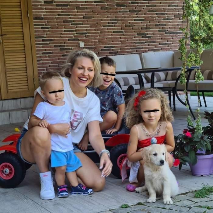 Fotografie cu Mirela Vaida și cei trei copii, în curte, zâmbitori
