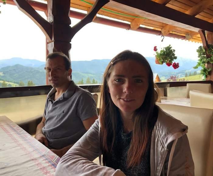 Veronica și Viorel stau la terasă