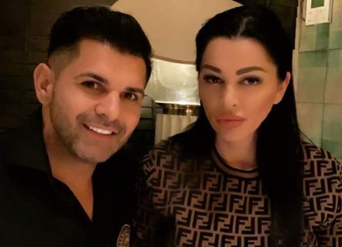 Brigitte și Florin Pastramă stau la masă. El poartă o cămașă neagră, și ea un pulover maro