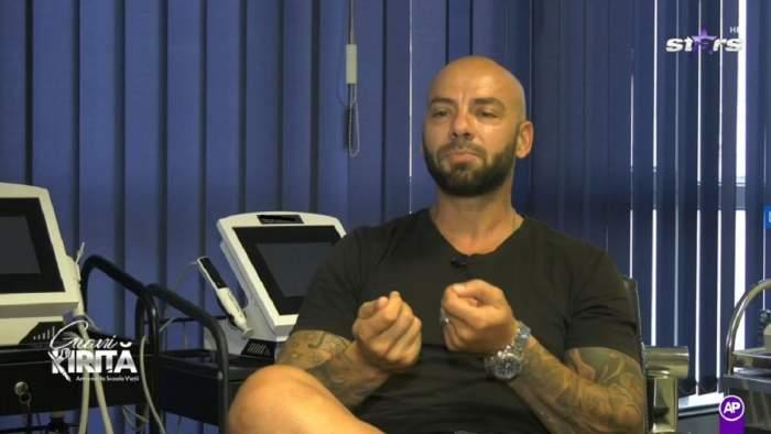 Gianu Kiriță stă pe scaun, în cabinetul medicului. Vedeta poartă un tricou negru.