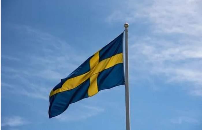 Steagul Suediei mișcat de vânt, pe timp de zi