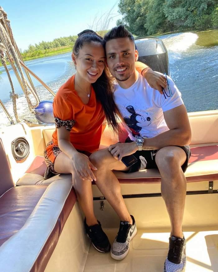 Vlăduța Lupău și Ai Rus se află pe o barcă, într-una dintre vacanțele lor